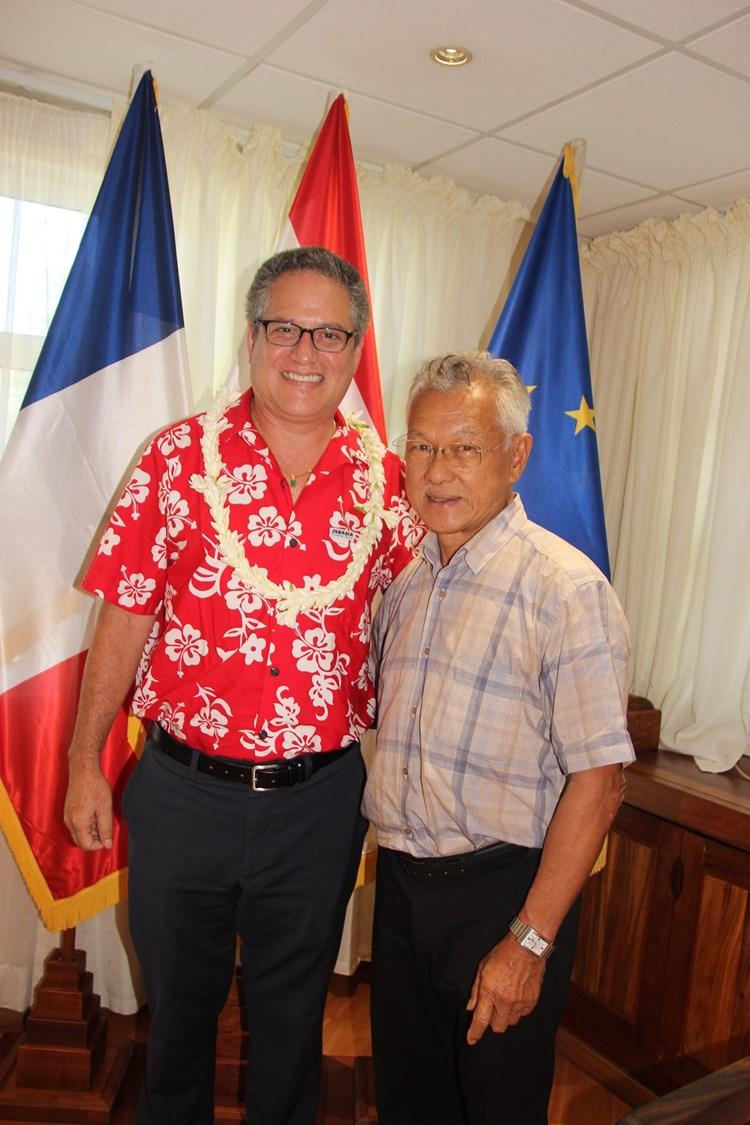 Le président de l'assemblée de la Polynésie française reçoit le sénateur hawaïen J. Kalani English.
