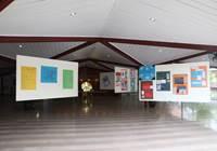 Découvrez l'exposition «L'aventure des écritures» réalisée par des élèves de 5ème du collège de Tubuai dans le hall de l'assemblée