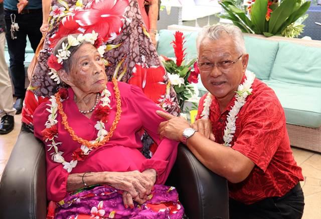 Le 105ème anniversaire de Marthe SUARD, doyenne des Polynésiens, célébré en présence du président de l'assemblée