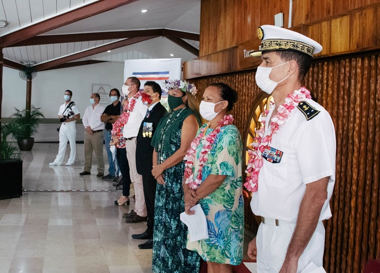 La première vice-présidente de l'assemblée de la Polynésie française participe  à la cérémonie de remise des drapeaux à des établissements scolaires