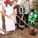 Première pelletée de l'extension du centre d'hébergement «Pū o te Hau» en présence du président de l'assemblée